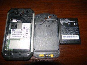 Po otworzeniu telefonu ujrzymy wymienialną baterię, slot na dwie karty SIM oraz slot na kartę microSD. Jak widac zna zdjęciu zatrzaski nie są szczególnie mocne, jednakże są mocniejsze od zwykłych smartfonów.
